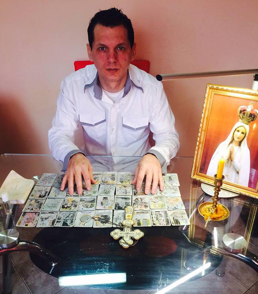 Prezicător astrolog Gergely Eduard Rogere ghiceşte din cărţi dintr-o oglindă fermecată