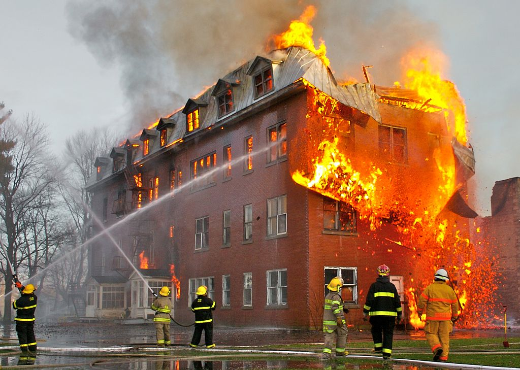foto de Sylvain Pedneault. Un incendiu în Massueville, Quebec, Canada. Sursa Wikipedia. foto de Eric Hensley. Sursa Wikipedia.