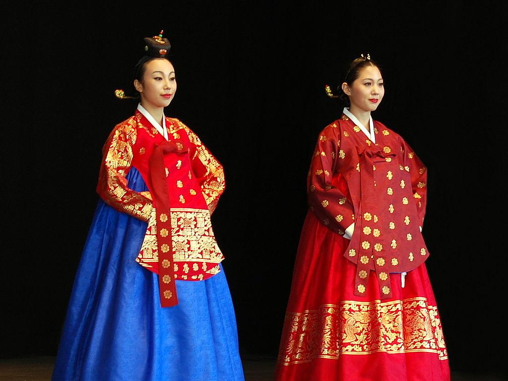 Foto de Caspian blue. Femei din Coreea în costume regale. Sursă Wikipedia.