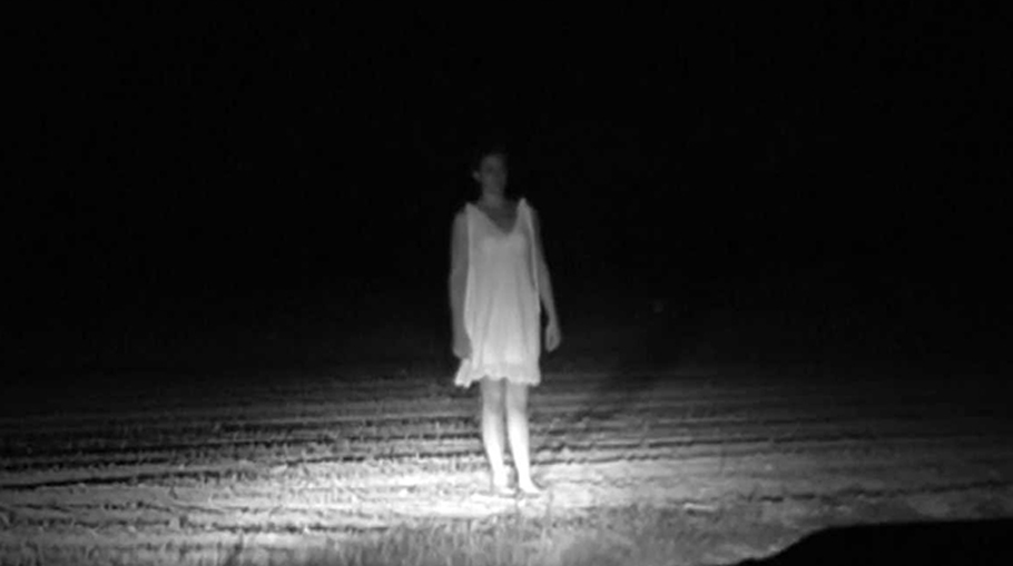 Fantomă în noapte pe un drum