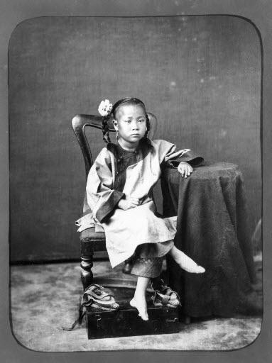 Picioarele legate ale fetiţelor din China